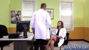 Acest doctor face sex oral cu o pizda bruneta