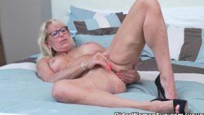 Femeia in varsta matura se masturbeaza cu gandul la pula tanara
