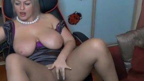 O grasa matura se masturbeaza si face show pe internet