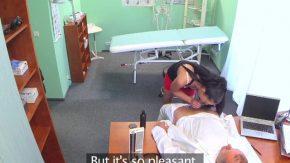 Doctorita ce trateaza pacienti si ii fute bine la ea in cabinet