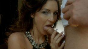 Ea o suge pana cand el ejaculeaza in gura