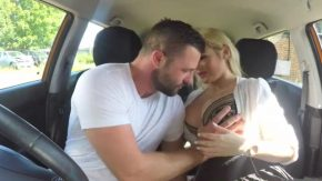 Femeia blonda este examinatoare auto si vrea mita cu sex