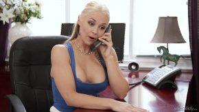 Femeia milf blonda are sani mari si pasarica foarte umeda