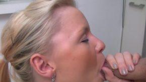 Suge pula pana cand sperma ii curge in gura si pe buze