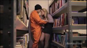 El o fute pe una blonda intre rafturile din biblioteca