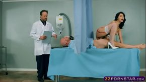 O asistenta fute un pacient ce are probleme cu inima