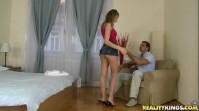 Fata cu fusta scurta isi fute barbatul dur