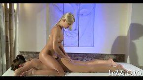Blondina se mangaie cu o alta femeie