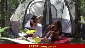 Fetele merg cu cortul in natura si se mangaie