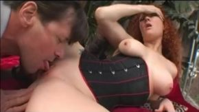 Femeia roscata vrea sa fie linsa la pizda