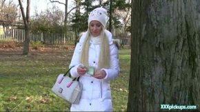 rusoaica timida cu par blond filamta toamna langa copac