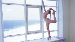 Aceasta pizda ne prezinta cum face ea gimnastica in pizda goala
